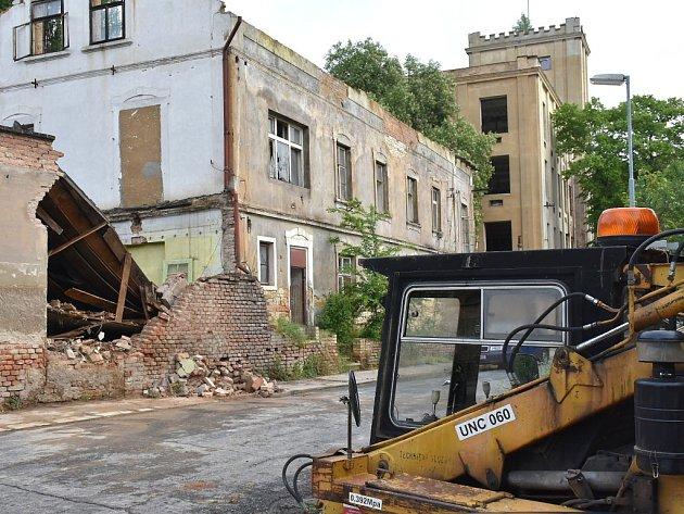 Objekt někdejší přádelny ve Slaném se den ode dne rozpadá