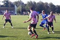 Fotbalisté Slovanu Velvary (v růžovém) podlehli doma Vyšehradu v přípravě 1:2.