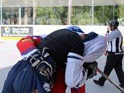Slavnostní otevření zrekonstruované hokejbalové arény Kladno. Krátká a svižná rvačka v závěru, samozřejmě z legrace....