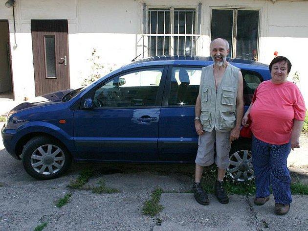 Manželé Engstovi s nalezeným autem