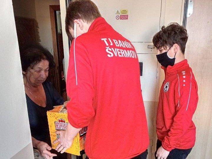 Žáci Baníku Švermov pomáhají starším lidem s nákupy.