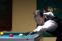 EDDIE MERCKX mistr světa v kulečníkové disciplíně trojband se o víkendu zúčastnil turnaje v Kladně. Prohrál jediný zápas, v němž podlehl Martinovi Boháčovi.