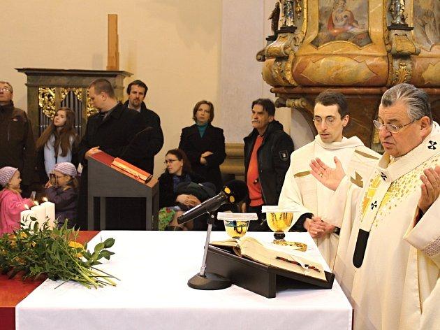 Kardinál Dominik Duka vysvětil nový oltář a sloužil mši ve slánském klášterním kostele