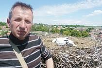 ORNITOLOG STANISLAV LEPIČ okroužkoval dva malé čápy v Kačici.