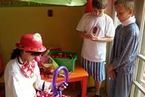 ŠKOLKU v dětském oddělení kladenské nemocnice včera slavnostně otevřel primář  Petr Lyer s pomocí Bambulky a Bublinky. Klauni dochází na oddělení každý týden a snaží se dětem zpříjemnit pobyt v nemocnici. K tomu přispějě teď i nová herna.