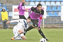 Kladno - Tatran Rakovník 2:1 po penaltách. Hostující Miroslav Verner bojuje s kladenským Vladimírem Procházkou