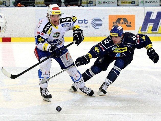 David Růžička atakuje poněkud strašidelně se tvářícího brněnského hráče.