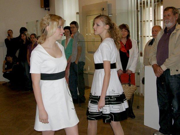 Výstava u příležitosti Celostátní absolventské přehlídky prací studentů středních uměleckých škol je od středy do září k vidění v prostorách zámecké galerie v Kladně.