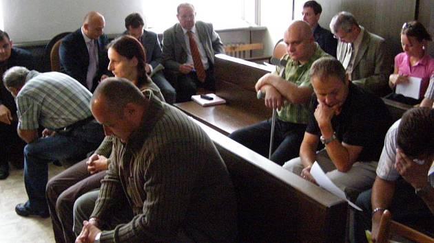 K hlavnímu líčení se dostavilo sedm z jedenácti bývalých dopraváků, kteří jsou obviněni z přijímání úplatků. Soudní proces bude pokračovat 2. zaří.