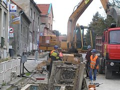Ve Švermově teď dělníci pracují především v ulici 28. října. Stavební práce by tady měly skončit v prosinci. V příštím roce by další dopravní komplikace mohly nastat u místního železničního přejezdu.