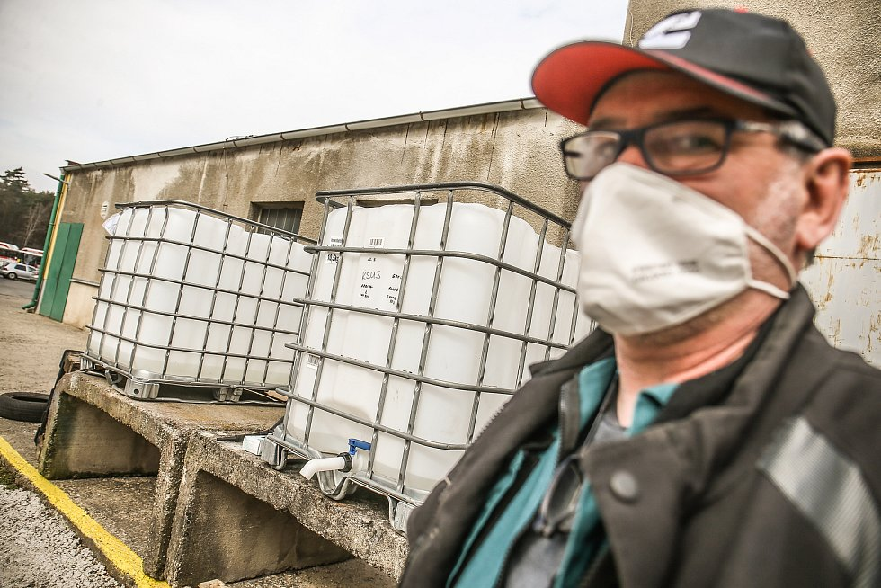 Areál kladenské ČSAD MHD se proměnil v překladiště dezinfekce a výdejnu roušek i respirátorů.