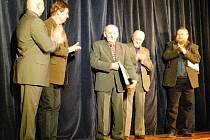 Cenu Klobouk dolů získal v Lánech za loňský rok dvaaosmdesátiletý Antonín Bechyně (uprostřed).