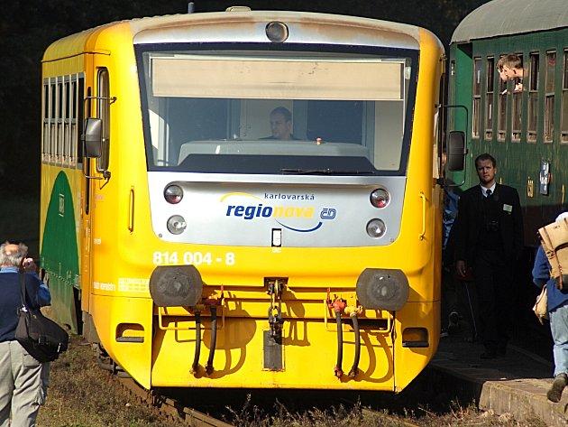 VLAKOVÉ SOUPRAVY jedoucí mezi Kladnem-Dubím a Kralupy nad Vltavou nahradí v tomto týdnu výlukové autobusy.