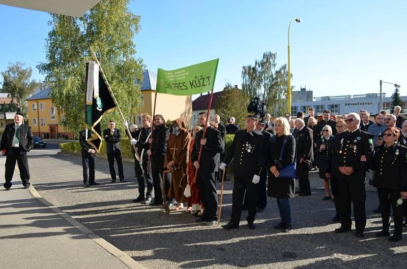 Skoku přes kůži ve Stráži pod Ralskem se zúčastnili i horníci z Kladenska.