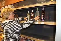 Prohibice ve Slaném. Regály obchodů a čerpacích stanic zejí prázdnotou. Pivovar Antoš upozorňuje na zákaz tvrdého alkoholu mezi prvními