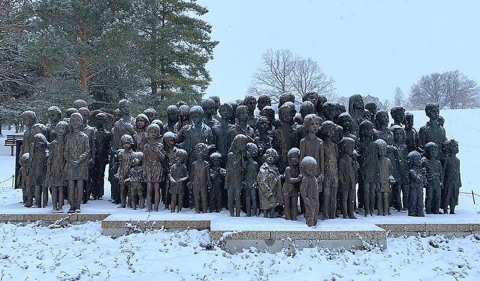 Sousoší na památku nacisty zavražděných lidických dětí od Marie Uchytilové na pietním území.