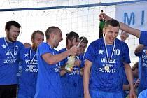 Fotbalisté Vinařic slaví po utkání se Slovanem Kladno postup do okresního přeboru.