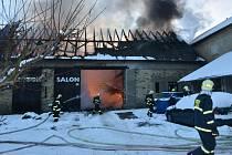 Z požáru stodoly v Dolanech 13. února 2021.