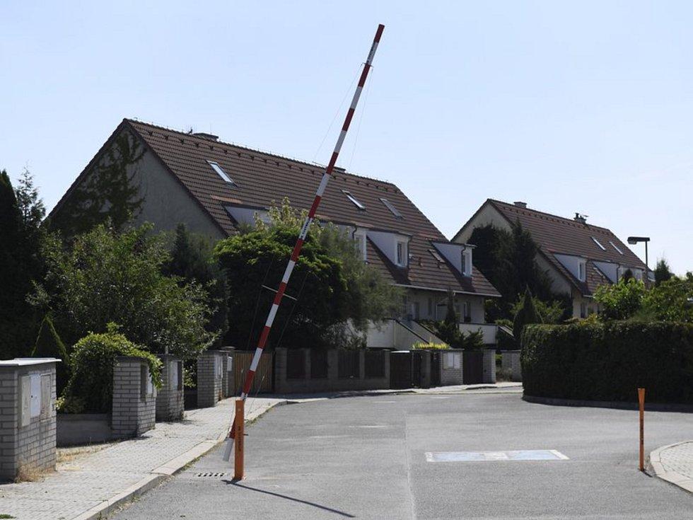 Závora u domů v Horoměřicích.