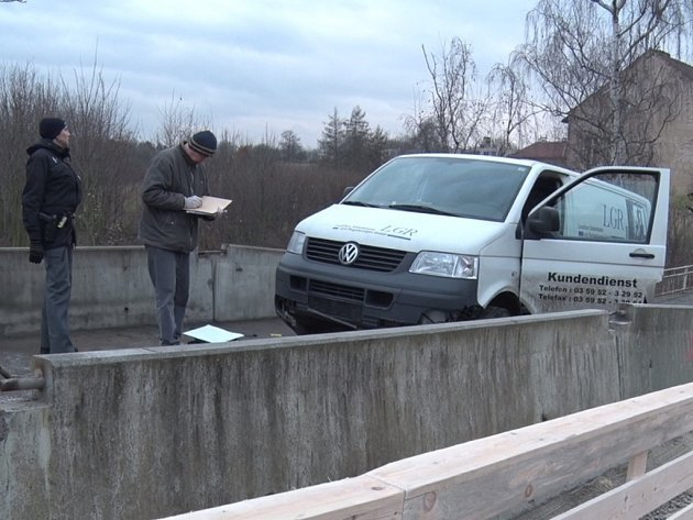 Ujíždějící dodávku dopadli policisté až na zavřeném mostě ve Velvarech