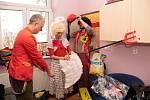 Pobyt v nemocnici zpříjemňují dětským pacientům i mezi svátky dobrovolníci z iniciativy Dr. Klaun. Snímky z pražské vinohradské nemocnice. Iniciativa působí v České republice již 20 let.