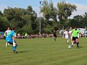 Velvary (v zeleném) prohrály v MOL Cupu s Hradcem Králové 0:1. Vašut sám na Lindra - kopl míč vedle