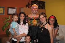 Děti z Ledců se bavily v rytmu romské hudby.