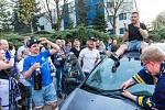 Jakub Strnad odjíždí triumfálně na střeše auta