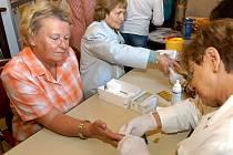 Senioři v Unhošti se oblíbili pomoc pečovatelské služby například při roznášce obědů. Na manikúru nebo pedikúru si ale raději zajdou do Centra služeb Slunce v Unhošti.