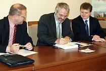 Primátor Dan Jiránek spolu s ředitelem SBF Kladno Vojtěchem Munzarem (vpravo)  předali dokument IPRM zástupci ministerstva pro místní rozvoj Antonínu Krejčímu (vlevo).