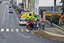 Zraněné seniorce pomohli kolemjdoucí.