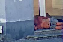 Opilci a lidé bez domova zaměstnávají strážníky stále víc.