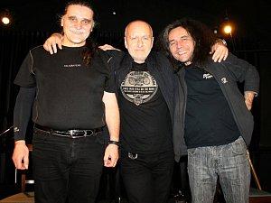 Písničkářské duo Foltán a Bubák (uprostřed Standa Berkovec) koncertovalo ve Slaném v listopadu v klubu Dividýlko. V úterý budou mít lidé možnost zazpívat si písničky Karla Kryla přímo na náměstí.