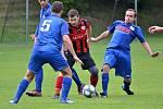 Derby I. B třídy Švermov (v červeno-černém) - Velké Přítočno vyhráli domácí 4:1. Šimůnka se snaží zastavit Holeček, oba patřili mezi výrazné talenty kladenského fotbalu