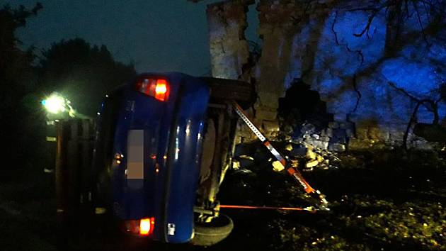 V Tuřanech bouralo auto do zdi a zůstalo ležet na boku.