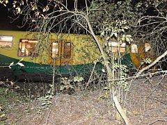 Motorová souprava Regionova zůstala po neštěstí v Kladně stát v kolejišti v lesním úseku mezi stanicemi