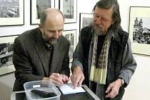 Jiří Hanke (vpravo) s autorem koncepce knihy a úvodního textu Josefem Mouchou.