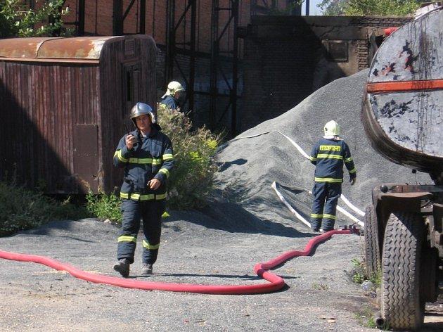 VYJDE TO DRAZE. Každý výjezd hasičů k požáru způsobenému zloději kovů zaplatí nakonec daňoví poplatníci.