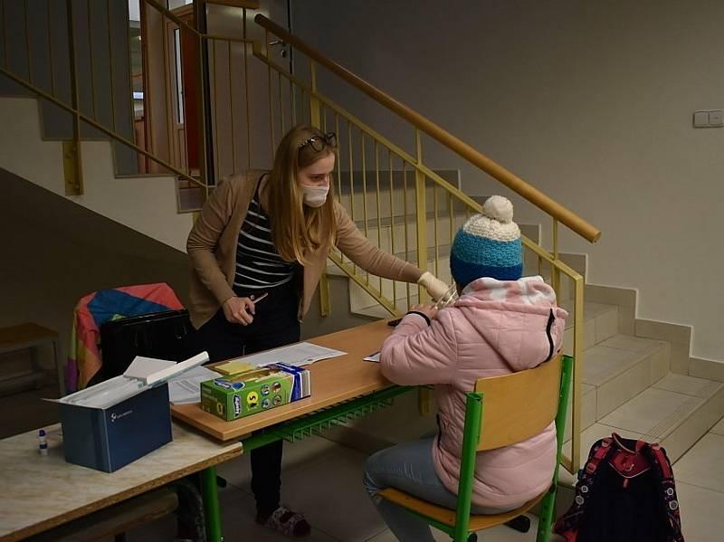 Testování školáků šlo jako na drátkách, ve Smečně byli hotovi už v osm hodin.