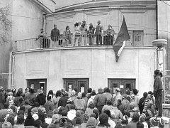 Osobnosti řečnící z balkonu kladenského divadla v listopadu 1989.