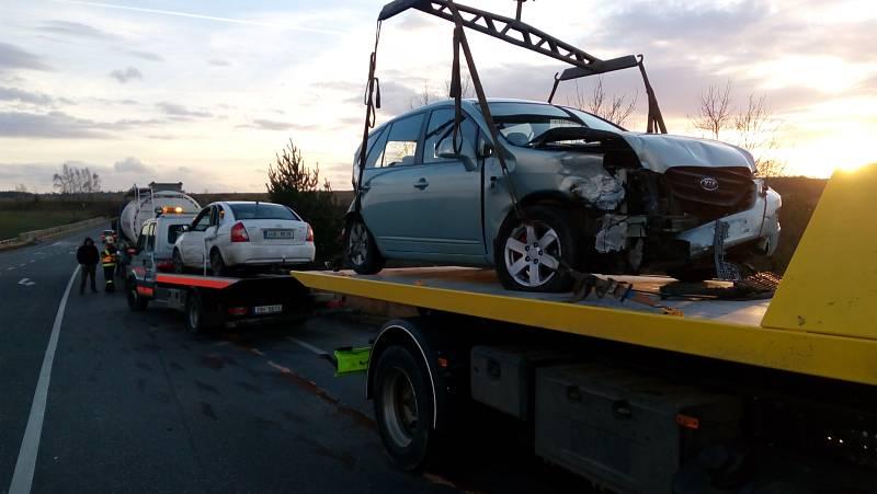 Nehoda tří vozidel, dvou osobních a cisterny s chemikáliemi, se stala ve čtvrtek kolem šestnácté hodiny nedaleko Slaného u exitu ze silnice I/7.