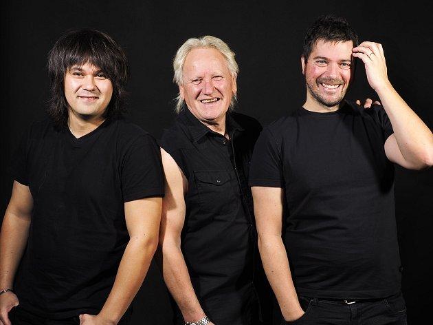 Složení kapely Katapult: Kytara zpěv - Olda Říha, basová kytara – Andy Budka, bicí – Ondřej Timpl.