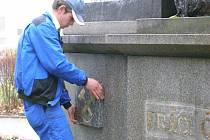 Pracovníci v pondělí osadili pomník pod Váňovým kamenem v parku u kladenského gymnázia novými prvky. Na snímku jsou ještě patrné stopy po odstraněném nápisu Práci čest!