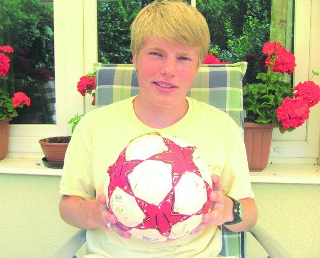 Tomáš Rocca, 18 let. Narozen v Kladně. Žije v Seattlu ve Spojených státech amerických. Vystudoval střední školu Saint James, odmaturoval letos v červnu.