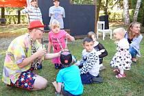 DĚTI I DOSPĚLÉ bavily při slavnosti ve stochovské škole slunce triky klauna.