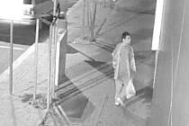 VANDAL NA SNÍMCÍCH z bezpečnostních kamer poničil nejen fasády domů, ale i lampy veřejného osvětlení či vrata garáže.