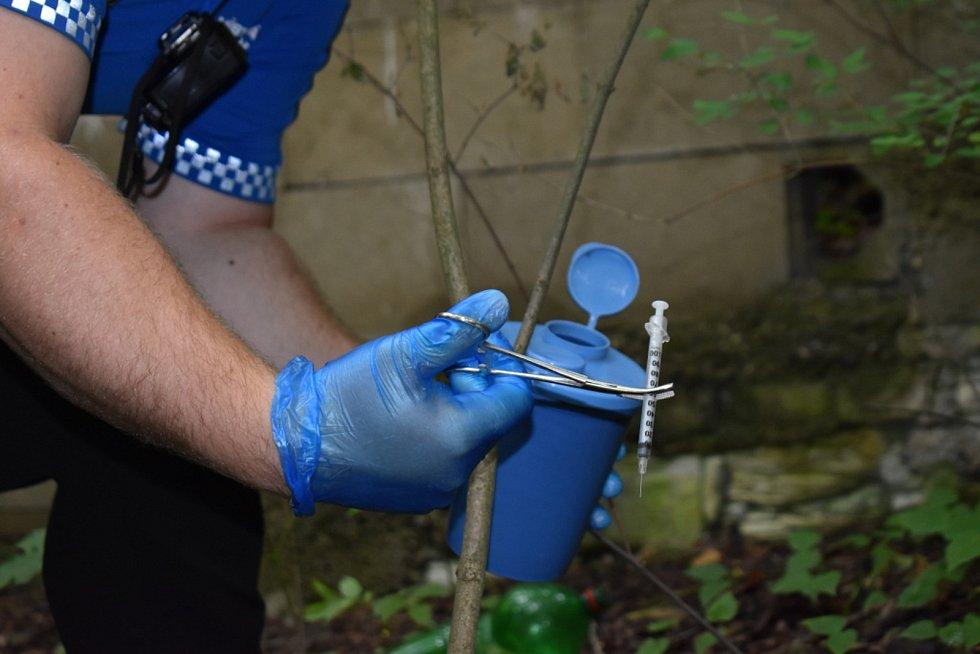 Strážníci hledali v Kladně jehly po narkomanech i minohledačkou.