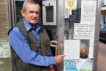František Červenka si přivydělává jako obsluha vjezdu na pěší zónu v Kladně. Hned v pondělí ráno mají řidiči na ceduli informace  o víkendových výsledcích nejen klubů z Kladna. A že zájem je!