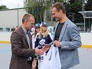Slavnostní otevření zrekonstruované hokejbalové arény Kladno. Dras pro šéfa SAMK Kladno Marcela Kučeru od Milana Maršnera