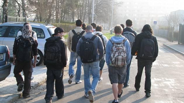 Žáci, učitelé i rodiče soukromé školy v Kladně Kročehlavech jsou už šikanou ze strany dětí ze speciální školy otráveni. Rádi by, aby tento stav brzy skončil.